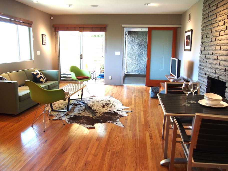 This is bright and spacious 1BR / 1BA unit. A perfect space for creative types needing an escape in the Hills!