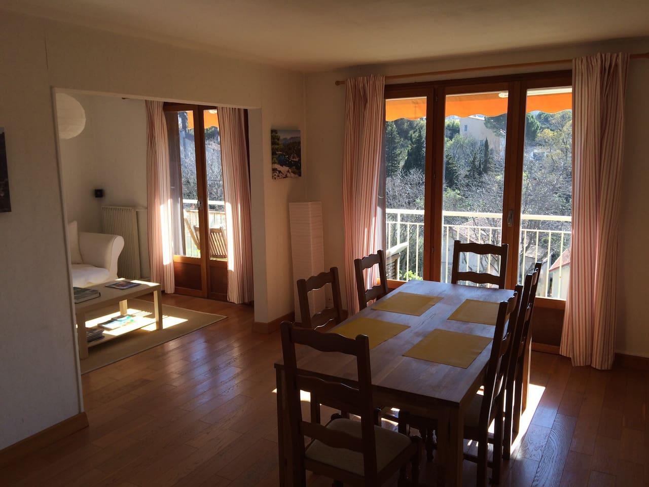 La photo démontre le séjour/salle à manger qui est orienté sud est et qui donne sur un balcon sur sa longueur. Il y a un store électrique si le soleil est trop intense . Des le matin la pièce est inondée de soleil..