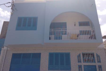 Belle maison bleu à deux étages