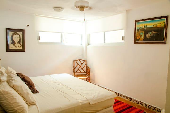 Habitación principal con cama King size.
