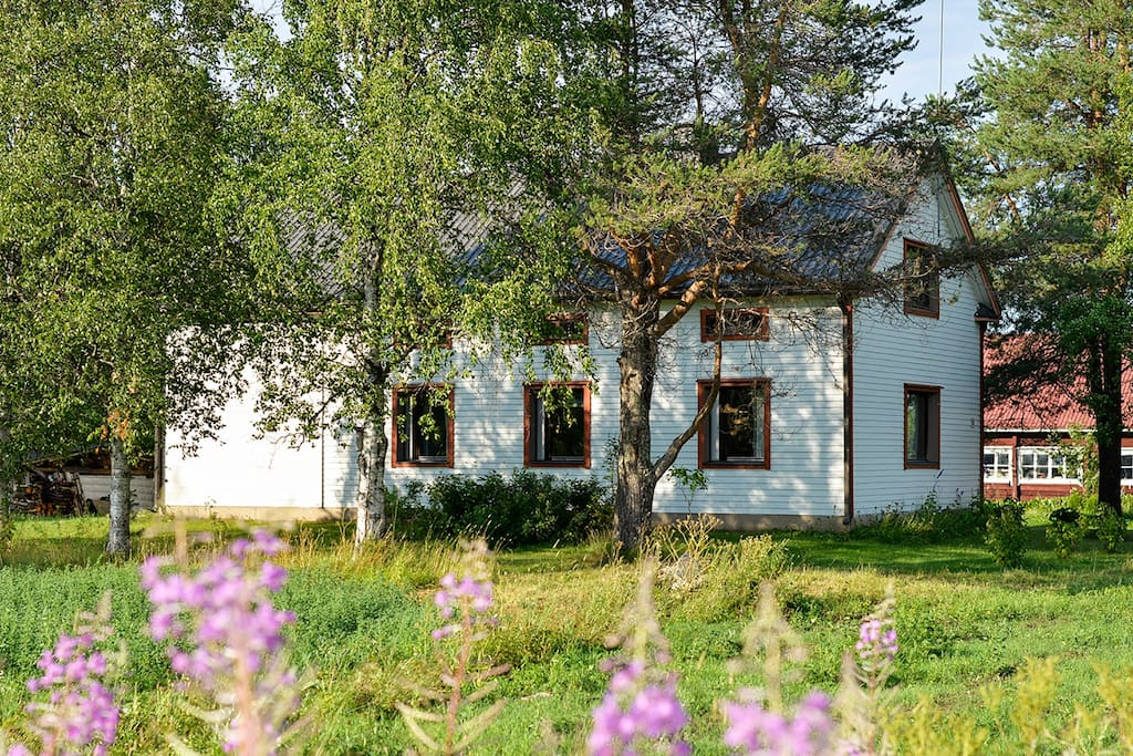 The house is located in a typical Lappish village by the river and fields. Pyhä-Luosto National Park is a 30 minute drive from the house.