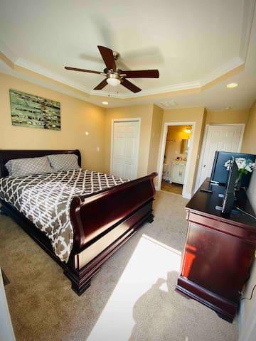 Private jacuzzi suite & balcony near Hopkins