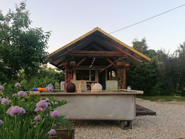 Hubane saunamaja koos kilesauna ja õuevanniga