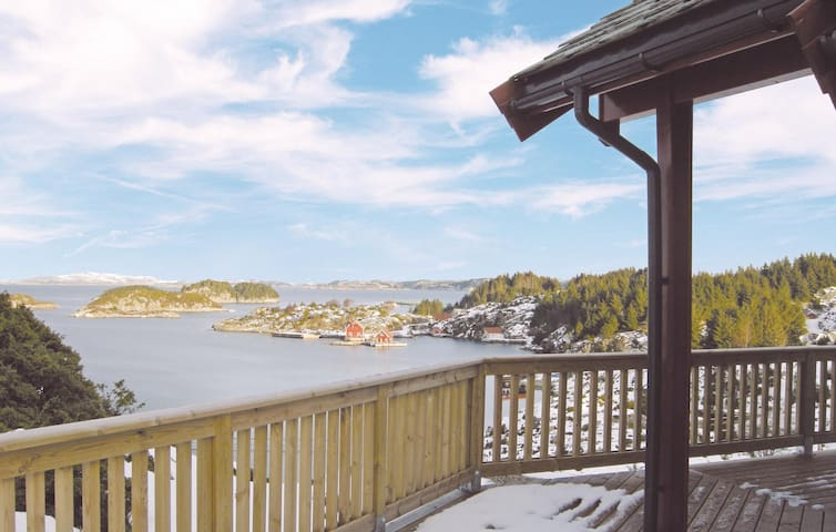 Holiday cottage with 3 bedrooms on 90 m² in Bekkjarvik