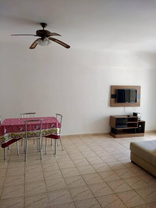 """Mesa com 4 cadeiras e rack com tv 32"""""""