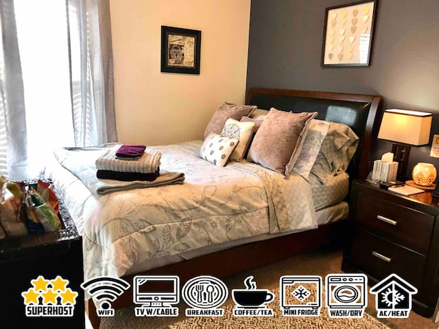 COZY PRIVATE ROOM+ BRKFAST+FULL CABLE+WIFI+MORE!