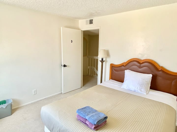 Private Queen Room WiFi/Parking 15 min to Strip