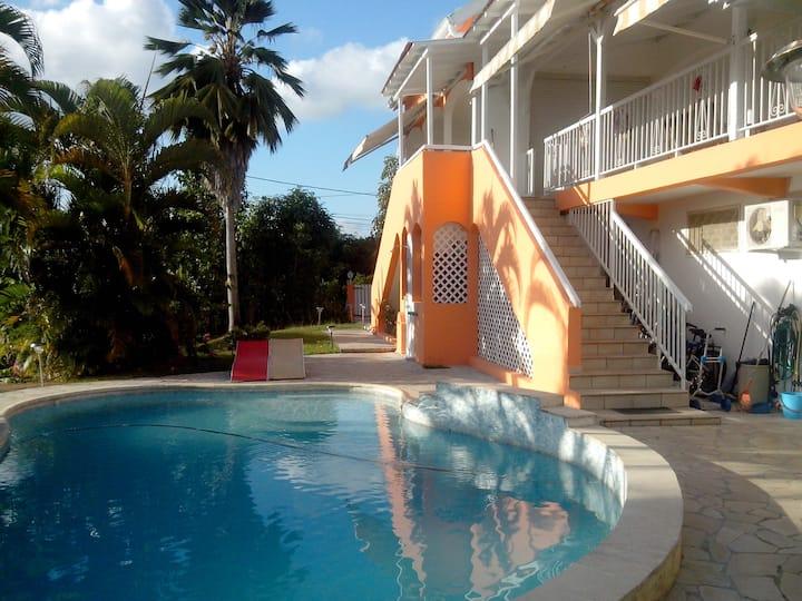 Appartement en rez de jardin avec piscine