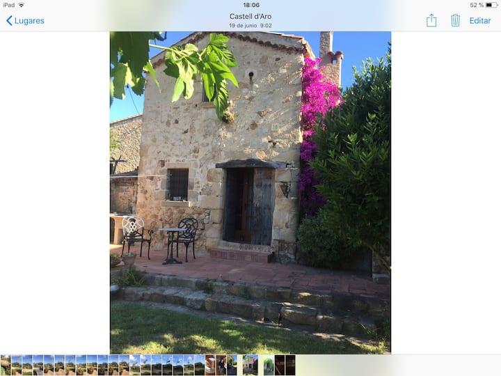 Casa rústica en un pueblo medieval muy tranquilo.