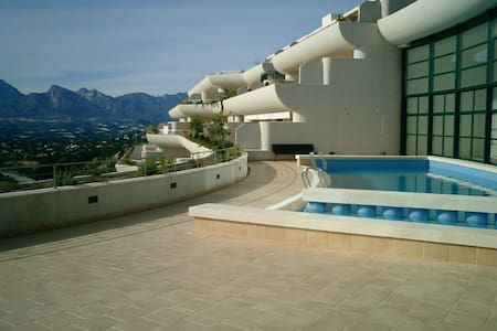 Sunny penthouse, sea views, terrace and jacuzzi !