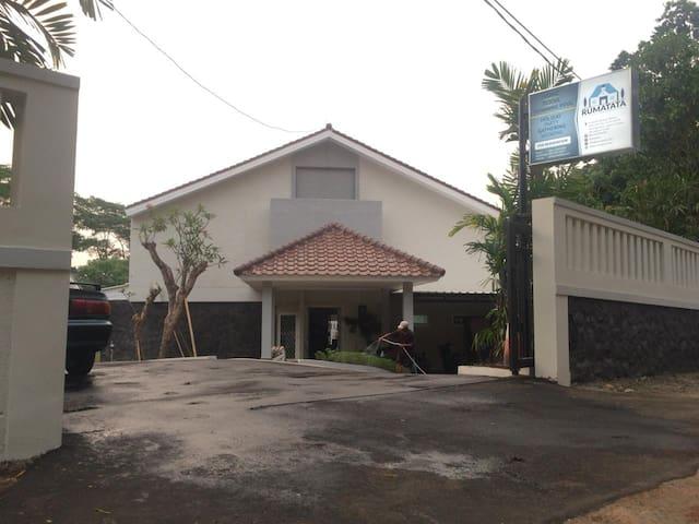 Tampak depan Rumatata, sebuah bangunan villa baru berkonsep alam di tengah kota.
