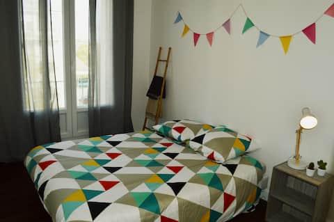 Chambre confortable avec lit double