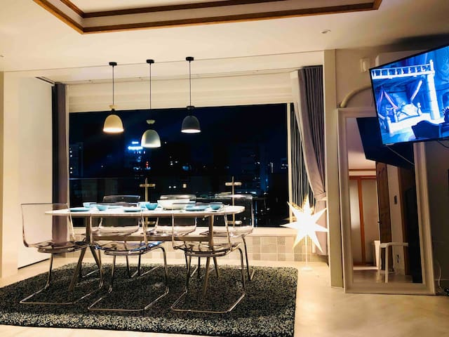Unobstructed view with open kitchen overlooking Gangnam. Enjoy spectacular view with fully deployable window, perfect for the small gathering and family travel in the heart of Gangnam, Coex area