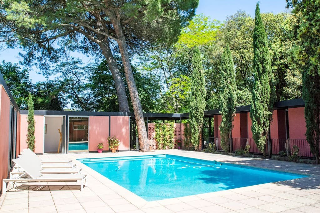 Sunny architectural villa with pool in montpellier for Piscine center montpellier