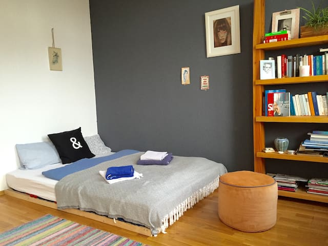 Quiet and central room, roof top, balcony and lift - Berlin - Apartment