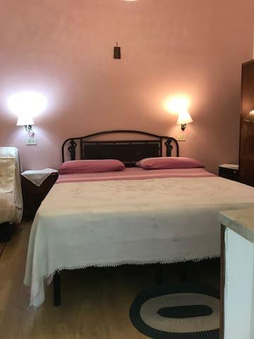 Camera Rosa Camera accogliente e tranquilla al piano giardino con bagno privato doccia In camera trovate lenzuola asciugamani e asciugacapelli