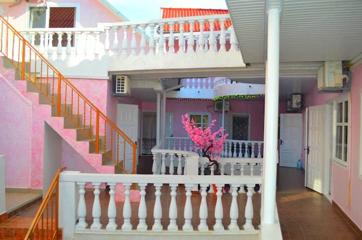Затока, гостиница «Pink house» (Розовый дом)