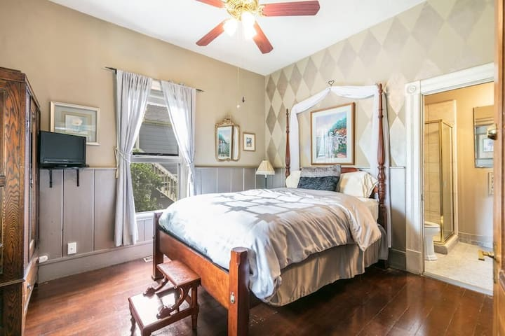 Queen bed w/ private bathroom
