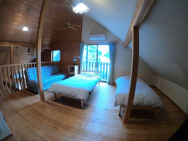 デスクを片付ければシングルベッドが3台とソファベッドが1台あります。
