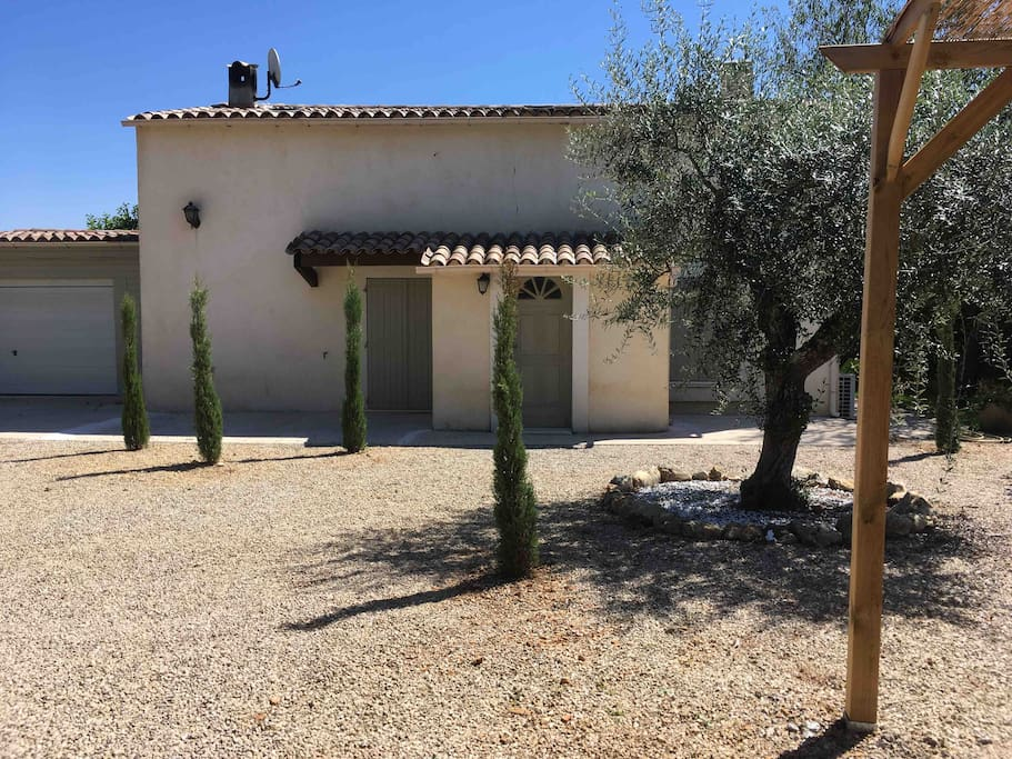 Grand parking / jardin avec arbres méditerranéens ( oliviers, cyprès florentins, lavandes )permettant de garer plusieurs véhicules avec abri 2voitures. L'entrée est assurée par un portail automatique avec télécommande