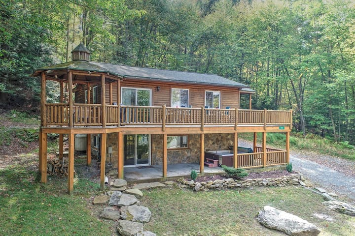Dog-friendly home in a great, central location w/ private hot tub & golf nearby