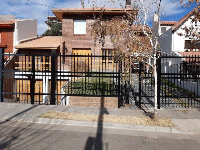 Alquilo vivienda gerencial en barrio residencial