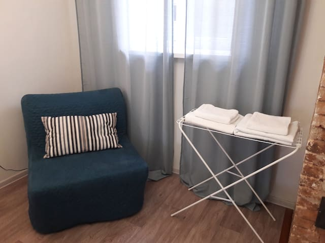Удобное кресло при необходимости легко трансформируется в дополнительное спальное место с ортопедическим матрацем  шириной 90 см.  Для гостей предоставляется по 2 белоснежных полотенца (большое и среднее), а также 1 полотенце для ног.