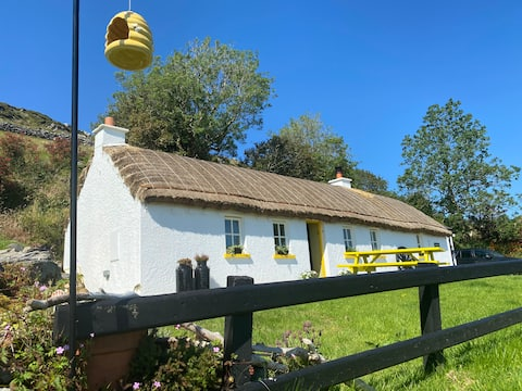 BUMBLEBEE COTTAGE 🐝 Traditional Thatched Cottage