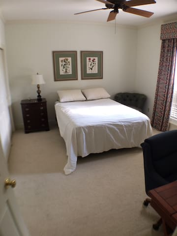 Large Furnished En Suite Bedroom