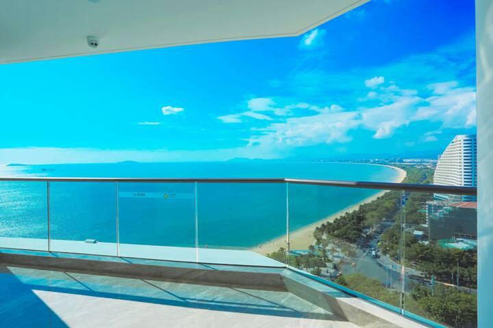 三亚湾豪华大床房(距离海滩100米,预定五晚以上提供免费接机,可以做饭,免税店免费接送)