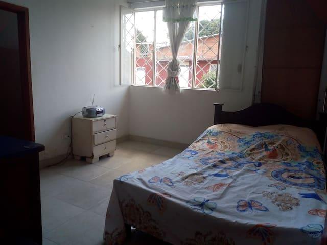Habitación independiente, con baño privado.