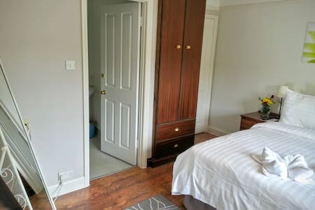 Room 3 at Rosemead Guest House - Claygate - Bed & Breakfast - 2