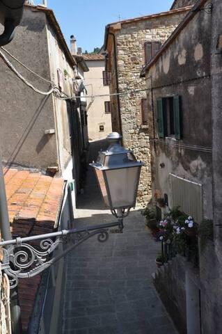 Hovedinngang fra bygaten (Via San Francesco