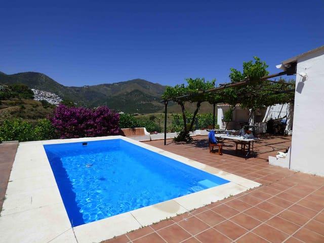 Casa rural con piscina y vistas junto a Marbella.