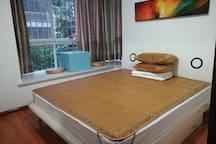 近东江湖公务员小区内带飘窗大床房