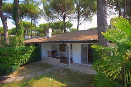 Villa Mary - with enclosed garden and parking - Lignano Sabbiadoro - วิลล่า