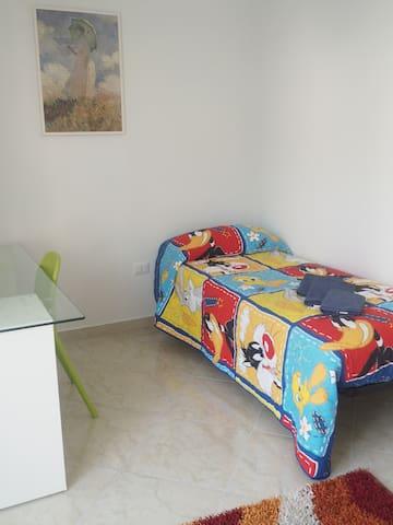 Camera 1 letto singolo + 1 letto aggiuntivo e Scrivania