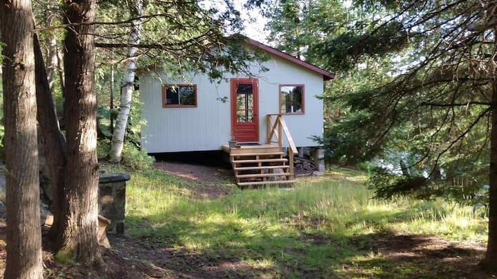Riverside off-grid cabin in Gelert