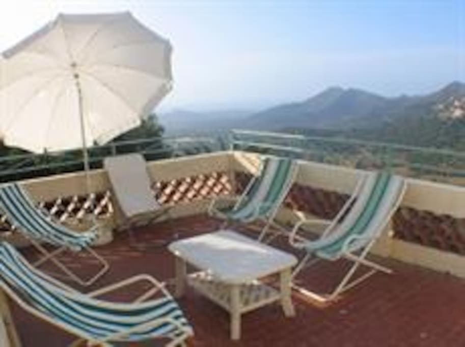 La terrasse avec vue sur le village de Belgodere et la mer au loin