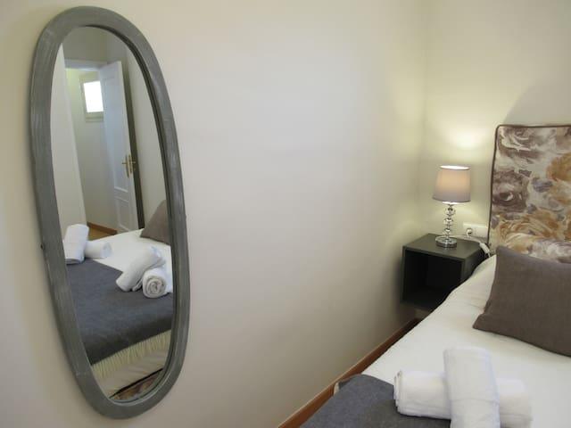 Habitación 1 con cama nueva y super cómoda  de 1,50x1,90, baño en suite, armario empotrado y climatizada