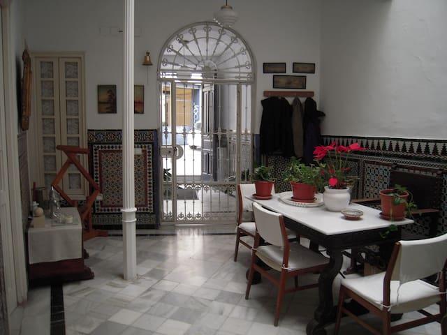 Bonita habitación en casa con encanto muy centrica