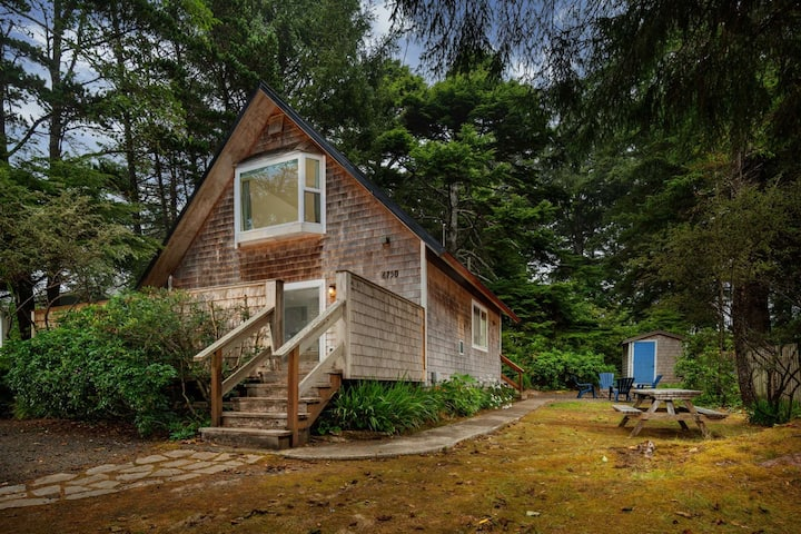 Newly Renovated Open Floor Plan Cottage 2-3 Min Walk to Beach w/ Jacuzzi Fire-Pit in Wooded Setting