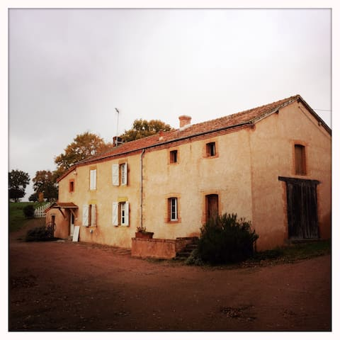 Charming old little farm - Saint-Martin-d'Estréaux - Rumah