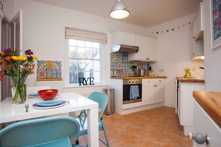 Quirky Central Old Rye 15th Century flat Sleeps 5 - Rye