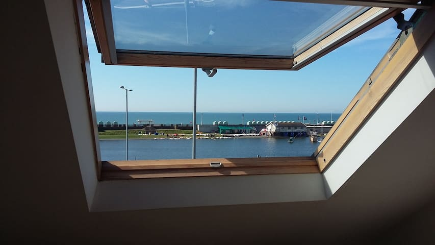 Nice single room. On seafront. Lagoon water sports - Hove