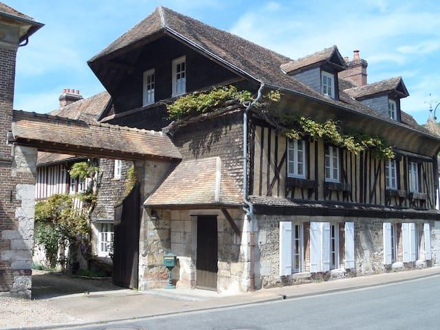 Le Vieux Logis demeure du XVI ième - Acquigny - Bed & Breakfast