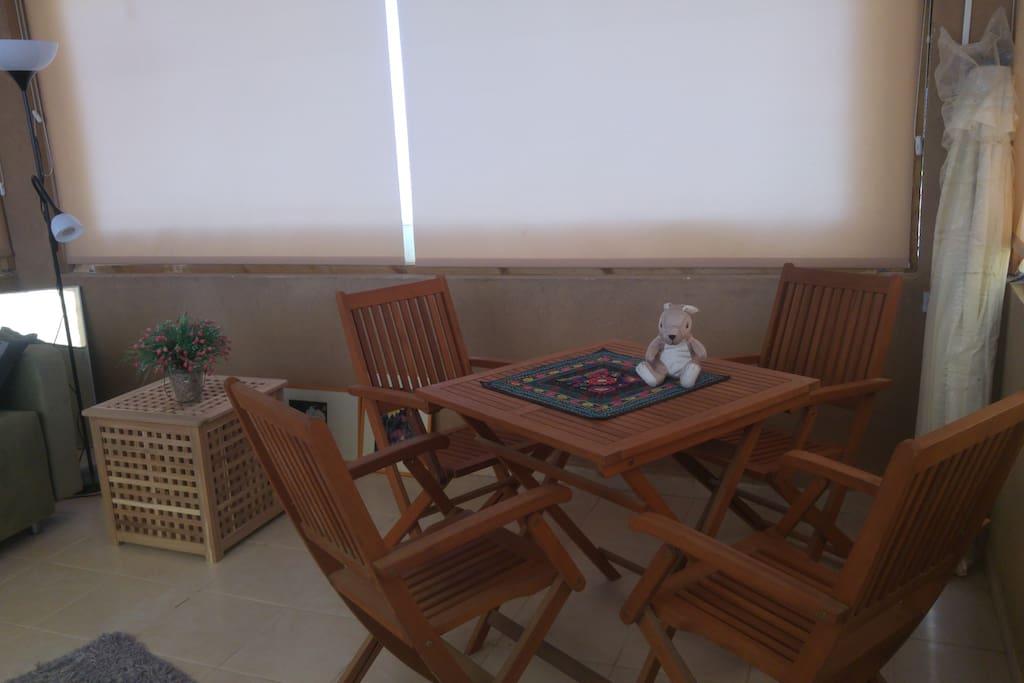 tafel met stoelen in de salon