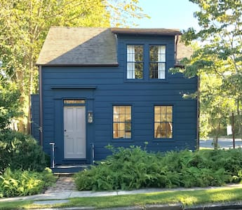 Sunny renovated Whaler's Cottage on Quiet Street
