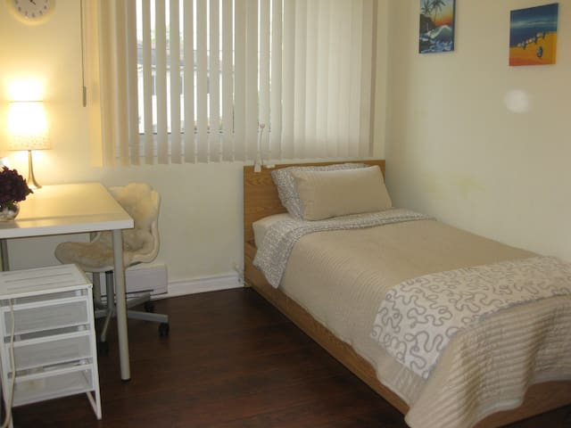 Bright bedroom, 5 mins to Fairview mall!