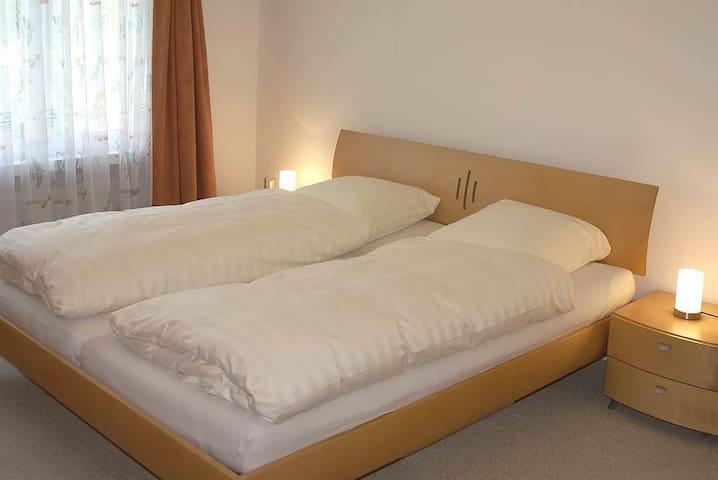 Grosses Schlafzimmer mit Doppelbett